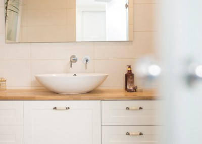 ארון אמבטיה בהתאמה אישית|משטח בוצ'ר עץ מלא|כיור חרס מונח|א.א קרמיקה